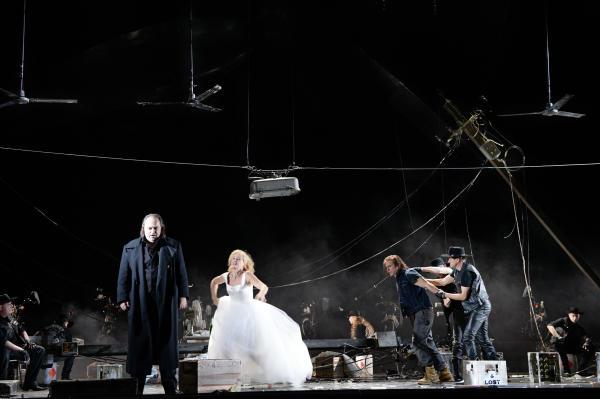 Richard Wagner: Bludný Holanďan - Wolfgang Koch (Holanďan), Erika Sunnegårdh (Senta), Daniel Behle (Erik) - Oper Frankfurt 2015 (foto Barbara Aumüller)