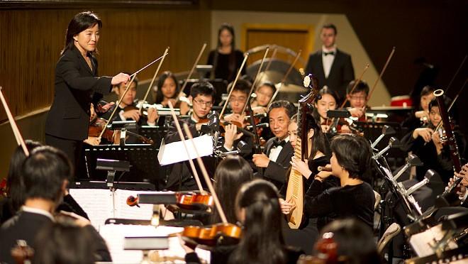 Tradiční čínské hudební nástroje uprostřed západního orchestru (foto ShenYun.com)