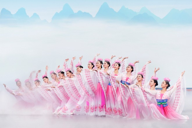 Nebeské víly s lotosovými květy (foto ShenYun.com)