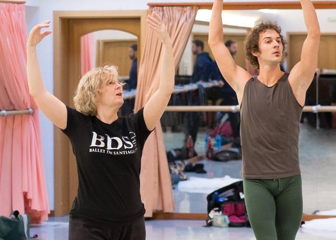 Michael Corder / Sergej Prokofjev: Sněhová královna - asistentka choreografa Marilyn Vella-Gatt a sólista Baletu ND petr Strnad při zkoušce (foto Balet ND)
