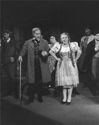 Bedřich Smetana: Hubička - Jaroslav Veverka (Otec Paloucký), Milada Musilová (Barče) - ND Praha 20.10.1950 (foto archiv ND Praha/Karel Drbohlav)