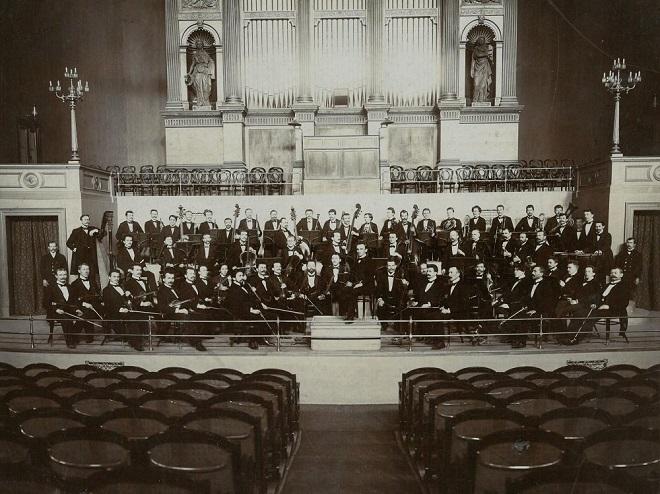 Nejstarší foto České filharmonie z roku 1902 (foto ČF)