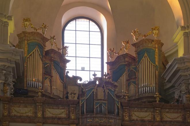 Varhany v piaristickém kostele v Litomyšli - pohled na kůr dne 1. 7. 2015, zdá se, že vše je hotové (foto Jiří Skupien)
