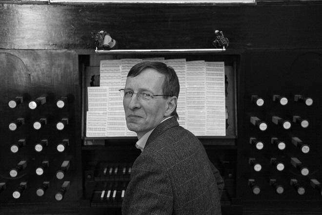 autor u týnských varhan (foto Jiří Skupien)