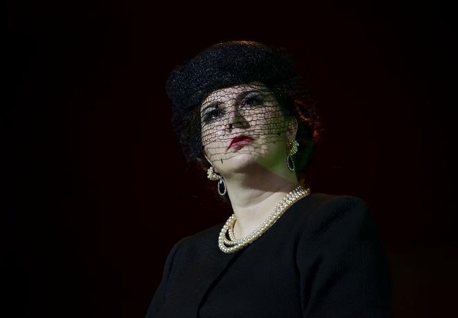 Thomas Adès: Powder Her Face - Lucie Hájková (Vévodkyně) - ND Brno 2016 (foto Marek Olbrzymek)