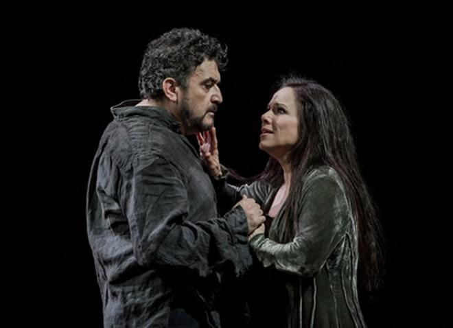 Umberto Giordano: Andrea Chénier - Rafael Rojas (Andrea Chénier), Annemarie Kremer (Maddelena) - Opera North 2016 (foto Robert Workman)