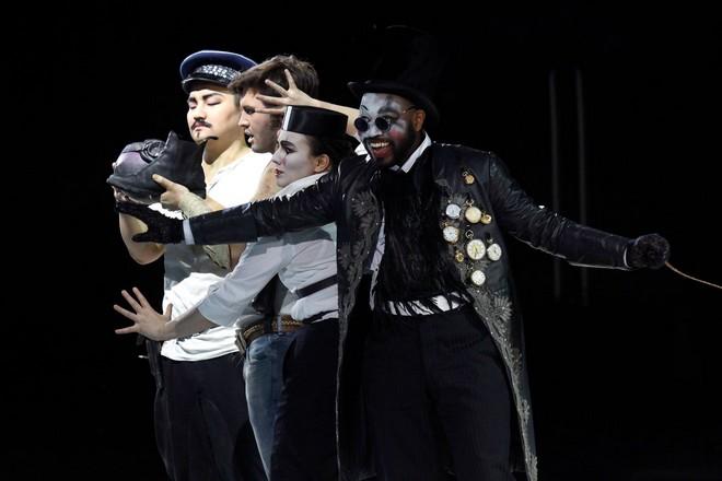Benjamin Britten: The Rape of Lucretia - Sik Choi (Tarquinius), Matthias Hoffmann (Collatinus), Justyna Samborska (Female Chorus), Keith Bernard Stonum (Male Chorus) - Oper Köln 2016 (foto Oper Köln)