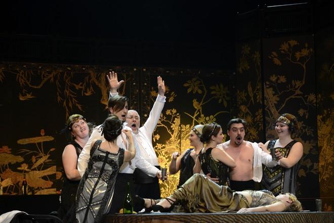 Wolfgang Amadeus Mozart: Così fan tutte - Juraj Hollý (Ferrando), Peter Mikuláš (Don Alfonso), Daniel Čapkovič (Guglielmo) - SND Bratislava (foto Pavol Breier)