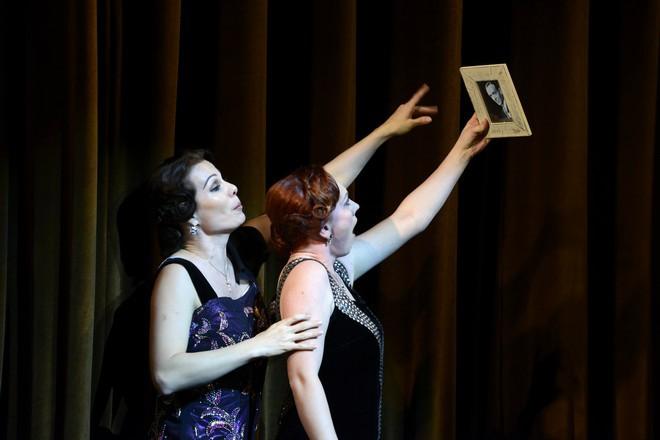 Wolfgang Amadeus Mozart: Così fan tutte - Monika Fabianová (Dorabella), Jana Šrejma Kačírková (Fiordiligi) - SND Bratislava (foto Pavol Breier)