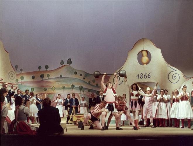 B.Smetana: Prodaná nevěsta - scéna a kostýmy Karel Svolinský - ND Praha 1982 (foto Oldřich Pernica/archiv ND)