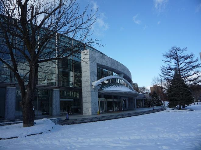 Sapporo Concert Hall Kitara je vyhlášená akustická perla, dvojče prestižní Suntory Hall v Tokiu. Uvnitř technický zázrak. Pak vyjdete ven a potkáte lyžaře na běžkách, skoro jako byste byli třeba v Liberci. Odtud ze Sappora Vám Pražští symfonikové přejí úspěšný nový rok 2016