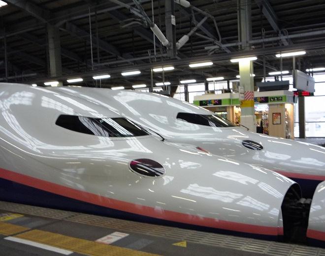 Aerodynamický tvar japonských expresů je uhrančivý, vnímáte na jedné straně nezbytnou ladnost, protože při vysokých rychlostech hraje roli každý milimetr, na druhé straně cítíte pod tím tvarem sílu a rychlost. Museli byste mít možnost stát na nástupišti, právě když přijíždí.