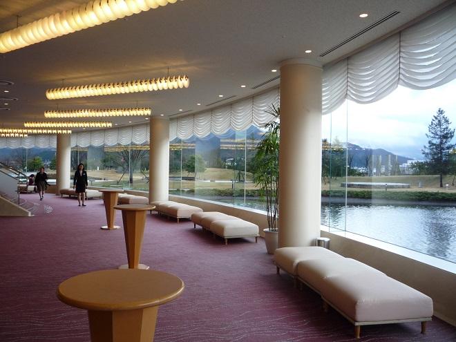 Koncertní sál ve Fukui není jen na pohled povedené dílo. Tahle budova má ten dar, že se v ní cítíte velmi příjemně – díky jejímu propojení s okolím i přiměřeným dimenzím