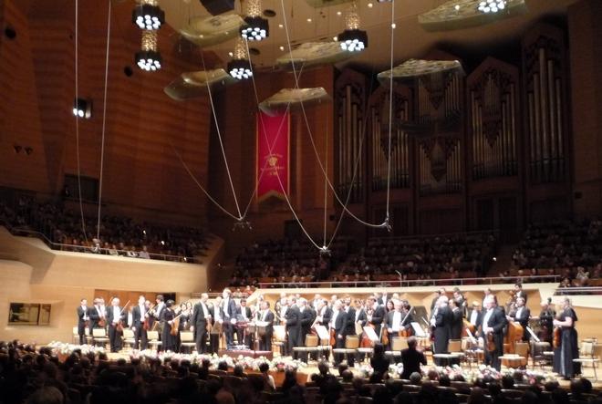 Znáte to i ze Smetanovy síně, když se koncert natáčí, je orchestr ověšen mikrofony. Koncerty v Suntory Hall se natáčely také. Děkovačka v závěru prvního koncertu.