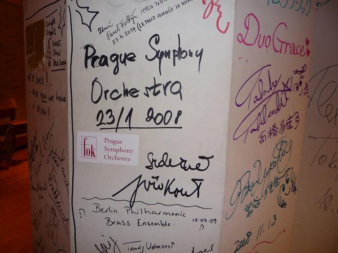 Orchestr se při svých turné vracívá na dobře známá místa. Poznáte to i v zákulisí, kde jsou celé stěny popsány vzkazy od těch, kteří už tu byli před vámi. V roce 2008 tu s Pražskými symfoniky koncertoval dirigent Jiří Kout.