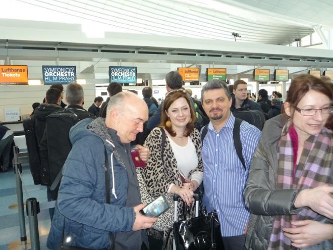 Na tokijském letišti Haneda se odbavujeme k odletu přes Frankfurt do Prahy. Letecká společnost na nás myslela a vyhradila nám k odbavení extra přepážky. Fotku si ještě pořizují houslisté Anna a Costin Anghelescu, křoví jim dělají violisté Alan Melkus a Zuzana Peřinová.