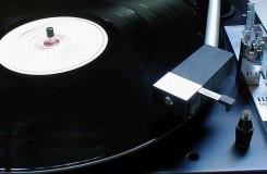 Vinylové desky jsou v kurzu, loni jejich prodej stoupl o polovinu. Zato o DVD a blu-ray zájem opadá