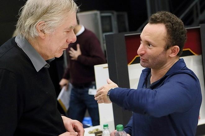 ze zkoušek Srnkova Jižního pólu v Bavorské státní opeře: režisér Hans Neuenfels a dirigent Kirill Petrenko (foto Bavorská státní opera)