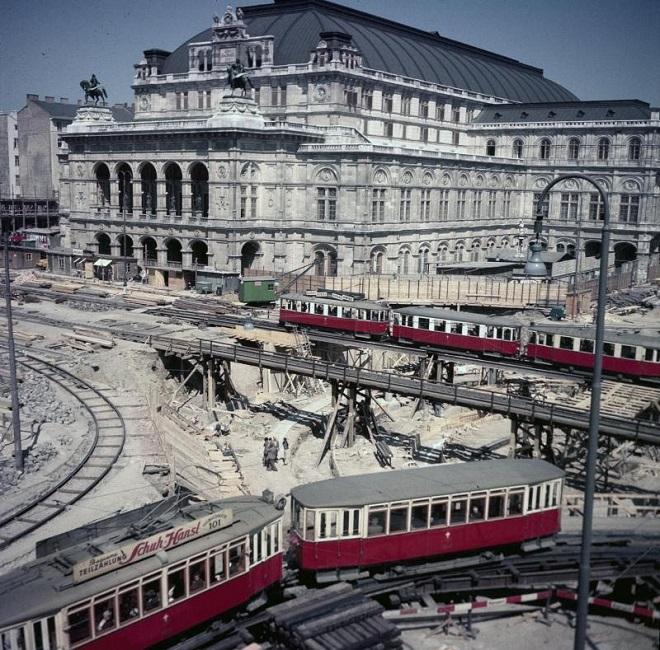po povojnovej rekonštrukcii budovy v prvej polovici päťdesiatych rokov prišilo na rad vybudovanie podchodu pred ňou (foto archív)