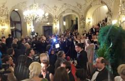 Pražský Ples v Opeře 2016: při zahájení zazpívala Pavla Vykopalová, Státní operu ovládla britská monarchie