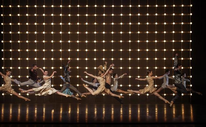 Slovenské tance – Životy svetiel – choreografia Natália Horečná – obraz z 2. dejstva – SND Bratislava (foto Peter Brenkus)