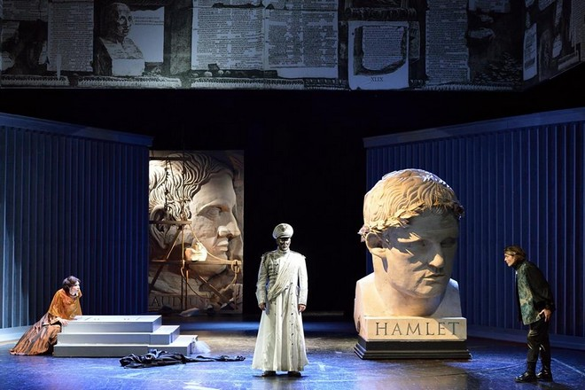 A. Thomas: Hamlet - Denisa Hamarová, Václav Živný a Thomas Weinhappel - NDM Ostrava (foto Martin Popelář)