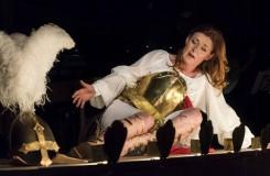 Magdalena Kožená ve zlaté zbroji