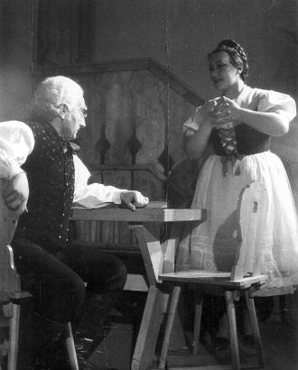 B.Smetana: Hubička - Rudolf Asmus (Matouš), Emilie Zachardová (Vendulka) ND Brno 1946 (foto archiv ND Brno)
