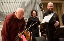 Příliš sólový koncert Johna Hollowaye v Brně