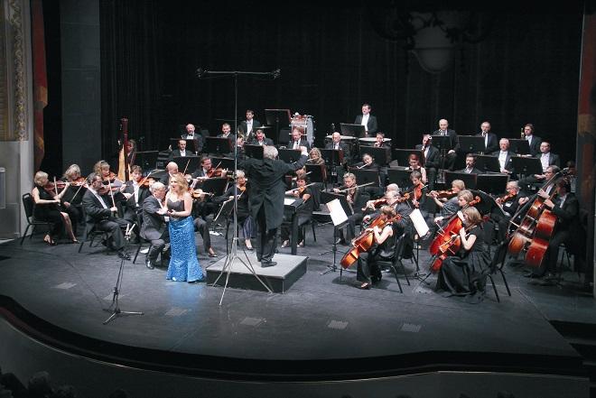 Karlovarský symfonický orchestr s dirigentem Františkem Drsem (foto archiv MPCAD)