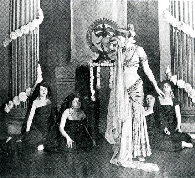 Mata Hari tančí před bohem Šivou v Musée Guimet, 1905 (foto Fries Museum Leeuwarden)