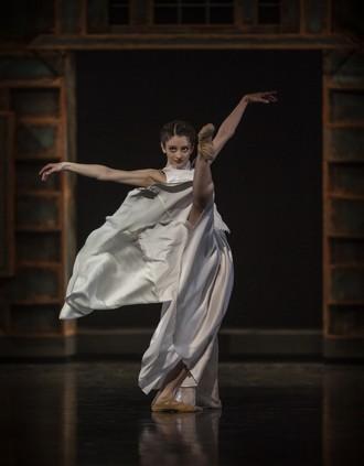 Slovenské tance - Životy svetiel - choreografia Natália Horečná - Ana Beshia (Anička) - SND Bratislava (foto Peter Brenkus)