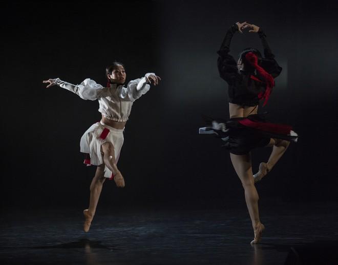 Slovenské tance - Životy svetiel - choreografia Natália Horečná - Sumire Shojima, Sakura Shojima (Jin-Jang) - SND Bratislava (foto Peter Brenkus)