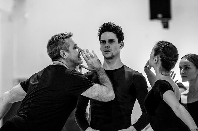 S. Prokofjev: Sněhová královna - Michael Corder (choreograf), Ondřej Vinklát (Káj) - foto ze zkoušky (foto Martin Divíšek)