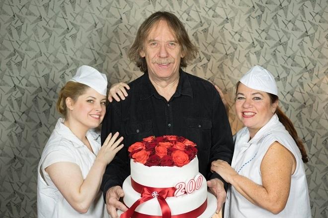 Jarek Nohavica s dortem pro Rossiniho Lazebníka (foto Petr Hrubeš)
