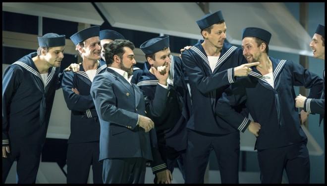 Giacomo Puccini: Madama Butterfly - Luciano Mastro (Pinkerton) a členové Sboru Státní opery - ND Praha 2016 (foto Patrik Borecký)