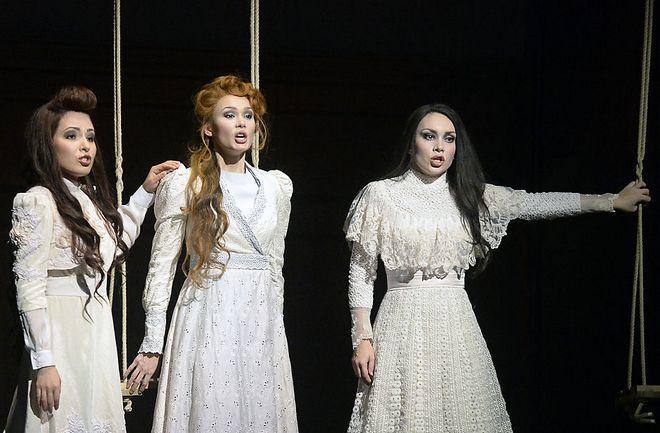 Péter Eötvös: Tri Sestri - Ilseyar Khayrullova (Olga), Aida Garifullina (Irina), Margarita Gritskova (Mascha) - WSO 2016 (foto © Michael Pöhn)