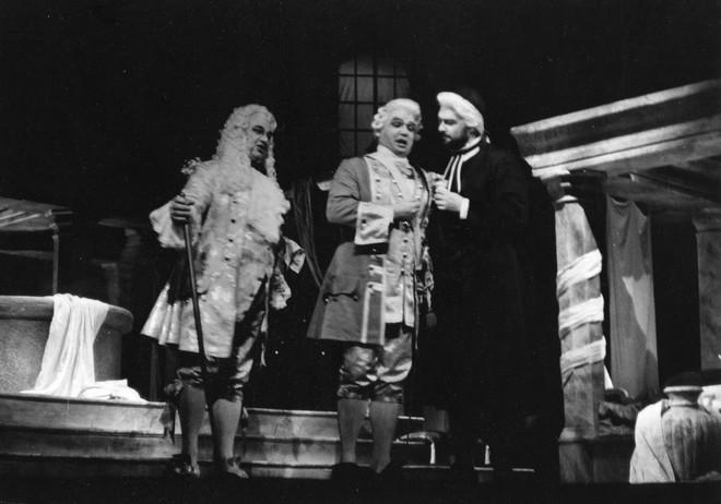 Francesco Cilea: Adriana Lecouvreur - Jozef Špaček (Knieža), Sergej Larin (Maurizio), Miroslav Dvorský (Abbé) - SND Bratislava 1989 (foto Dušan Hegedüš)