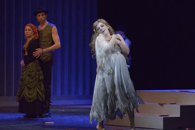 A.Thomas: Hamlet - Jana Sibera (Ophélie) a sbor opery NDM - NDM Ostrava 2016 (foto Martin Popelář)
