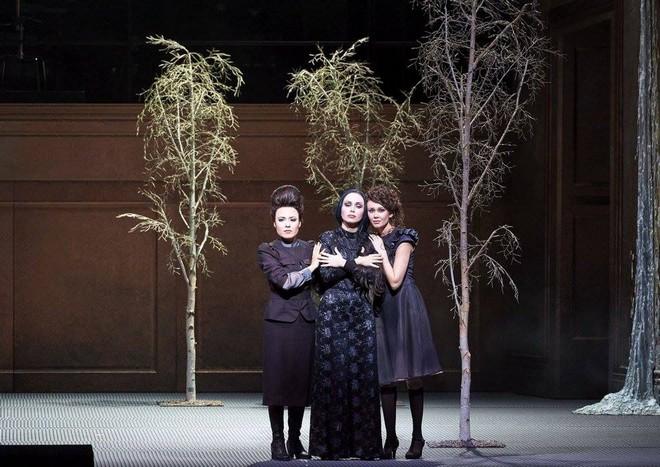 Peter Eötvös: Tri Sestri - Ilseyar Khayrullova (Olga), Margarita Gritskova (Mascha), Aida Garifullina (Irina) - Wiener Staatsoper 2016 (foto (c) Wiener Staatsoper/Michael Pöhn)