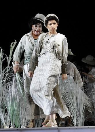 Bohuslav Martinů: Juliette (Snář) -Jitka Svobodová (Obchodnice s ptáky) a Michaela Kapustová (Malý Arab) - ND Praha 2016 (foto Hana Smejkalová)