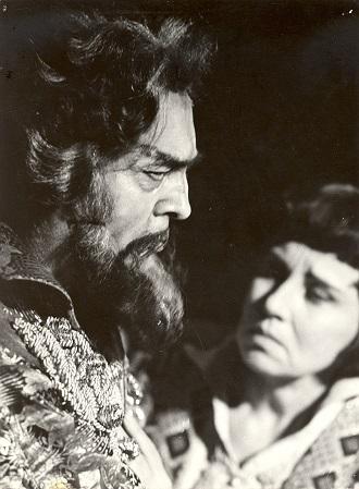 Ondrej Malachovský (Boris) a Nina Hazuchová (Fiodor) v opere Boris Godunov - 1977 (foto Jozef Vavro)