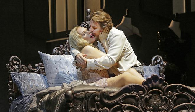 G.Puccini: Manon Lescaut - Kristīne Opolais (Manon), Roberto Alagna (Des Grieux) - Met 2016 (foto Ken Howard)