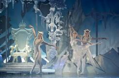 S. Prokofjev: Sněhová královna - Michal Štípa (Vlk), Alina Nanu (Sněhová královna), Mathieu Rouaux (Vlk) - ND Praha 2016 (foto Dasa Wharton)