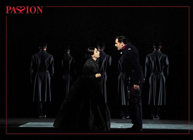 S.Sondheim: Vášeň – Natalie Dessay (Fosca), Ryan Silverman (Giorgio Bachetti) – Théâtre du Châtelet, Paříž 2016 (foto © Théâtre du Châtelet / Marie-Noëlle Robert)