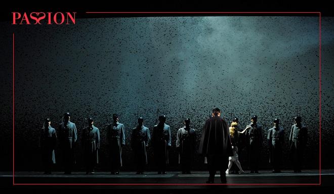 S.Sondheim: Vášeň – Ryan Silverman (Giorgio Bachetti) – Théâtre du Châtelet, Paříž 2016 (foto © Théâtre du Châtelet / Marie-Noëlle Robert)