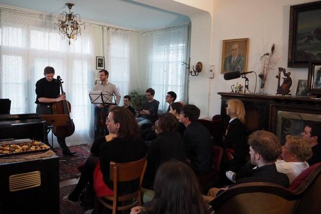 Domácí koncert u Vojty J. - Dvořák Trio - Praha 1. 4. 2016 (foto Linda Eiseltová/převzato z FB Vážný zájem)