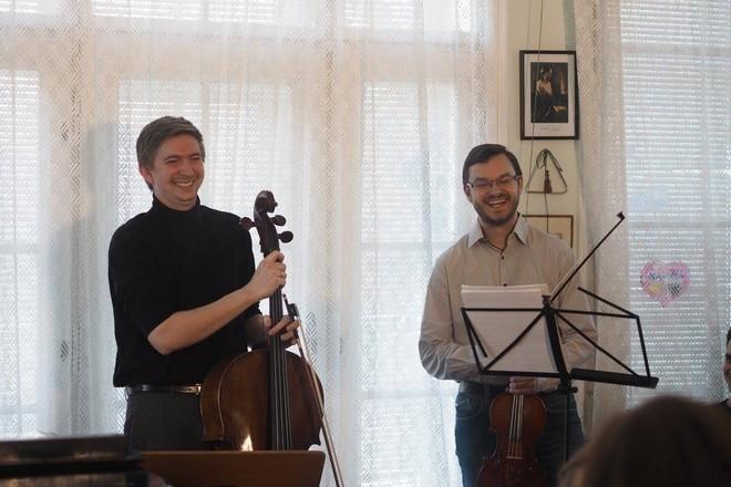Domácí koncert u Vojty J. - Dvořák Trio: Tomáš Jamník (violoncello) a Jan Fišer (housle) - Praha 1. 4. 2016 (foto Linda Eiseltová/převzato z FB Vážný zájem)