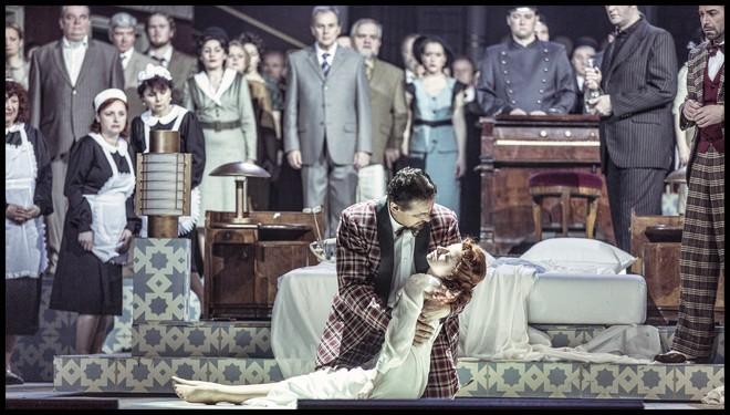 Charles Gounod: Romeo a Julie (Roméo et Juliette) - Martin Bárta (Hrabě Kapulet), Jana Šrejma Kačírková (Julie) - ND Praha 2016 (foto Patrik Borecký)