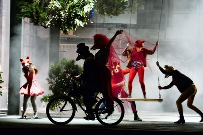 Leoš Janáček: Das schlaue Füchslein - Jenny Carlstedt (Fuchs) Louise Alder (Füchsin Schlaukopf), Statisterie der Oper Frankfurt - Oper Frankfurt 2016 (foto © Barbara Aumüller)